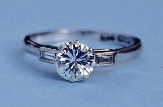 1ct DIAMOND SOLITAIRE ENGAGEMENT RING.