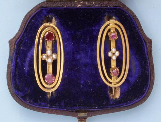 A PAIR OF ANTIQUE GOLD BROOCHES IN ORIGINAL BOX