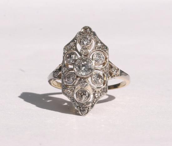 ART DECO PRETTY DIAMOND ENGAGEMENT RING