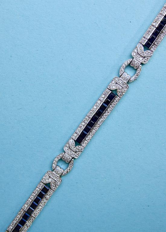 BEAUTIFUL ART DECO PLATINUM SAPPHIRE AND DIAMOND BRACELET.