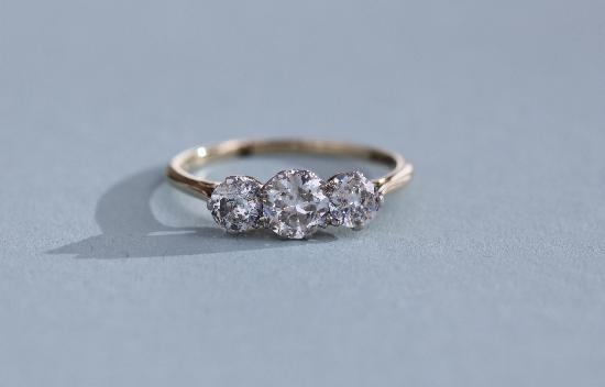 CHARMING VINTAGE THREE STONE DIAMOND ENGAGEMENT RING.