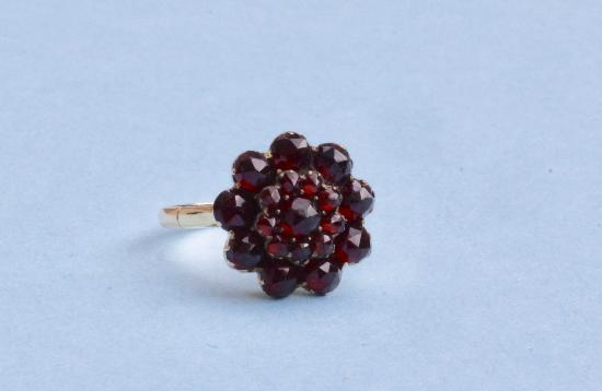 LOVELY GARNET DAISY CLUSTER RING CIRCA 1940