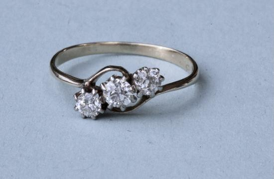 PRETTY 1950S DIAMOND THREE STONE ENGAGEMENT RING