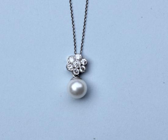 PRETTY PEARL AND DIAMOND PENDANT WITH PLATINUM CHAIN