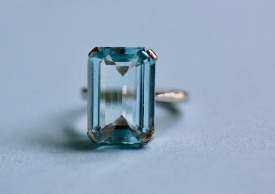 RETRO AQUAMARINE SINGLE STONE COCKTAIL RING.