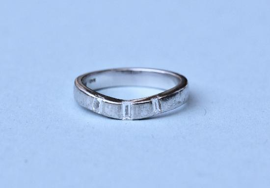 SHAPED WEDDING BAND WITH DIAMONDS