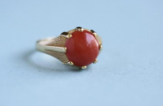 VINTAGE CORAL AND GOLD PINKIE RING
