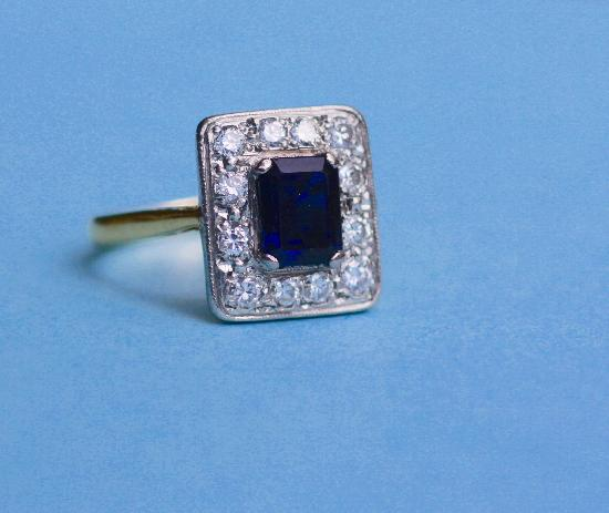 VINTAGE SAPPHIRE AND DIAMOND ENGAGEMENT RING.
